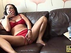 masturbating uk skank toying her wet pussy