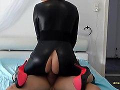 Blondine Bibi im Latexbody anal besamt